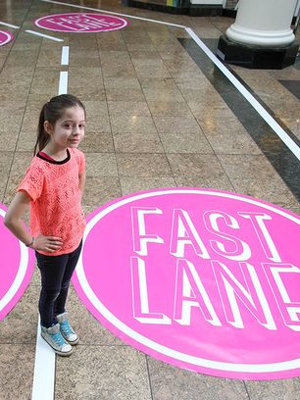 10138764-slow-lane-ou-fast-lane-le-leche-vitrine-a-deux-vitesses